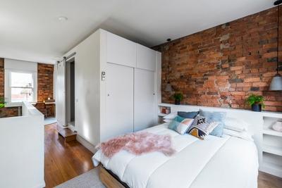 Main mezzanine queen bedroom